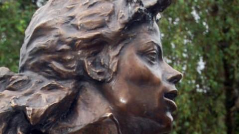 Une statue et 10.477 roses pour Michael Jackson