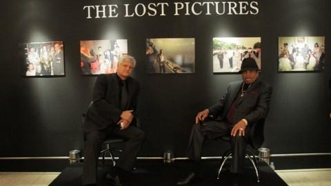 Een nieuwe tentoonstelling geopend door Joe en manager van Michael