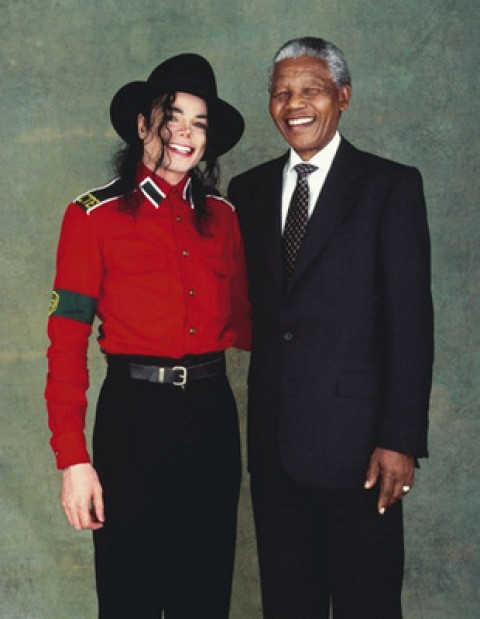 Nelson Mandela vergezelt Michael Jackson