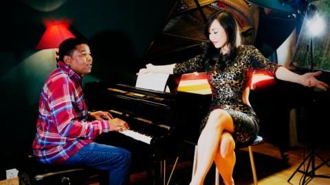 Tito en studio avec la Madonna chinoise